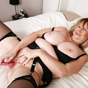 Curvy British housewife shows us her dirty side