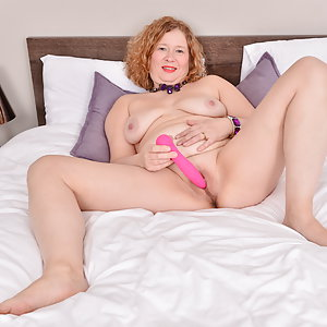 Horny Mrs. Robbo loves playing with her wet pussy