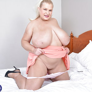 Naughty Sammy Sanders shwoing off her huge tits