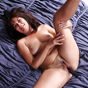 52 year old Shelby Ray is an American cougar with attitude and a totally hot bod. After a long day at the office, this short petite granny slips out of her bra and thong so that her hairy cunt is free to be pleasured by her talented fingers and the handle of a comb.